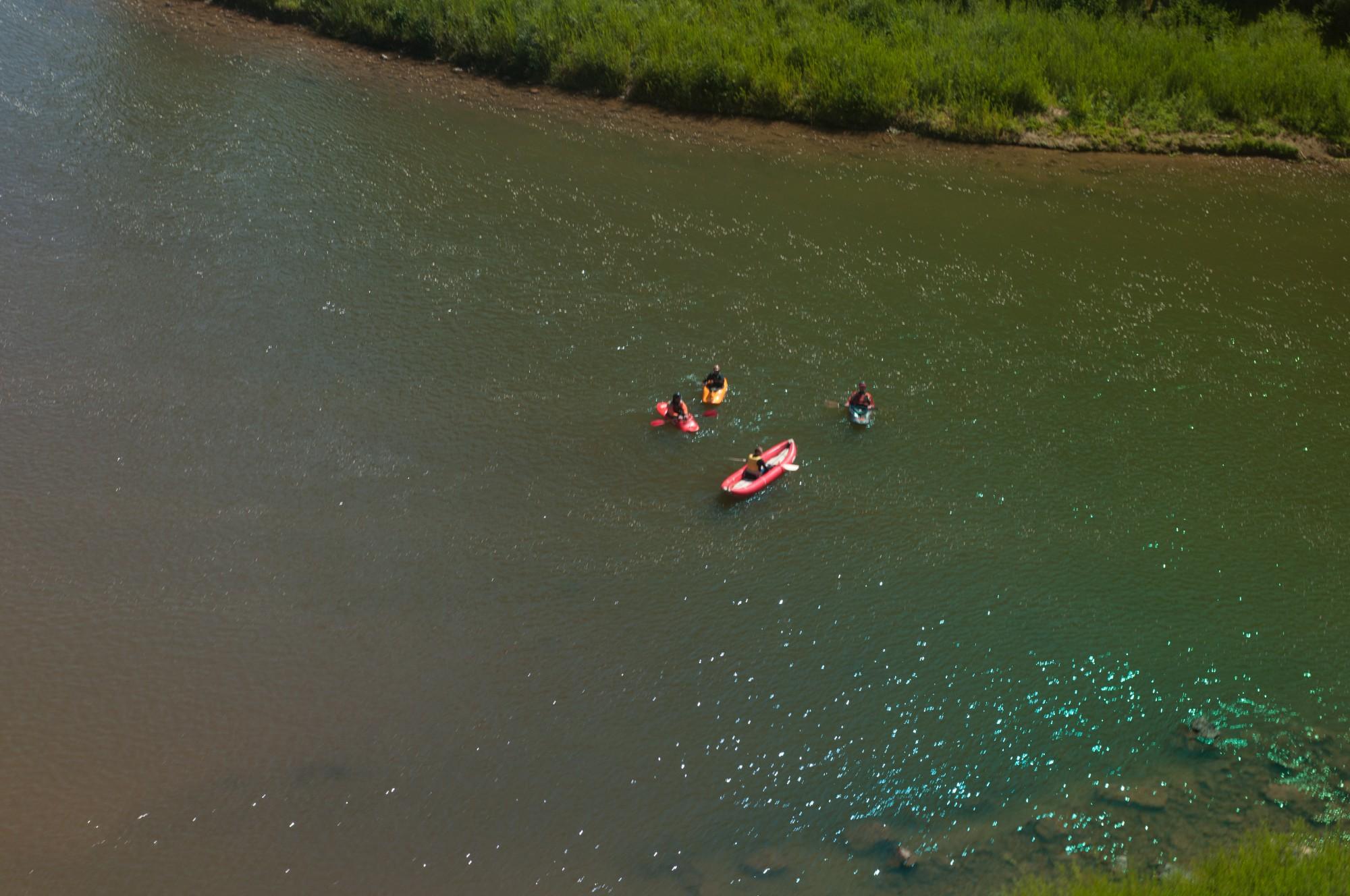 Un train par jour, c'est l'événement pour les kayakistes ! J'ai vu des saluts enthousiastes, mais aussi des paires de fesses.