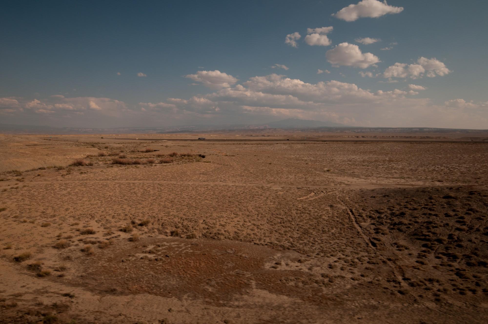 Plus de canyons, plus d'eau, le désert devient plat et extrêmement aride. Il ne me reste plus que quelques minutes de soleil pour absorber le paysage.
